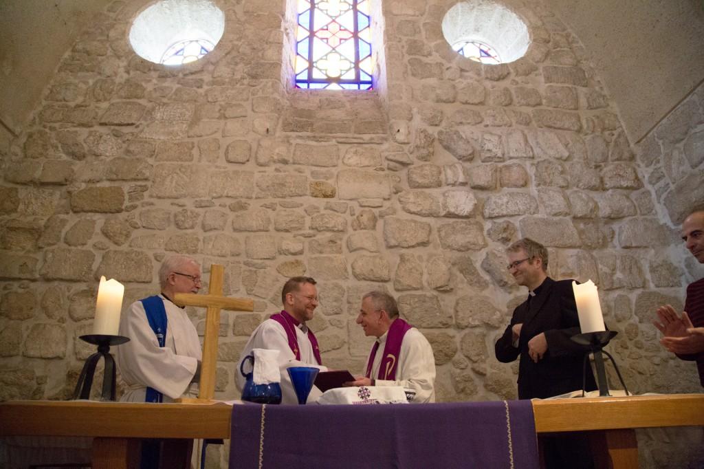 Bishop Jari Jolkkonen of the Evangelical Lutheran Church of Finland and Bishop Munib Younan of the ELCJHL shake hands.