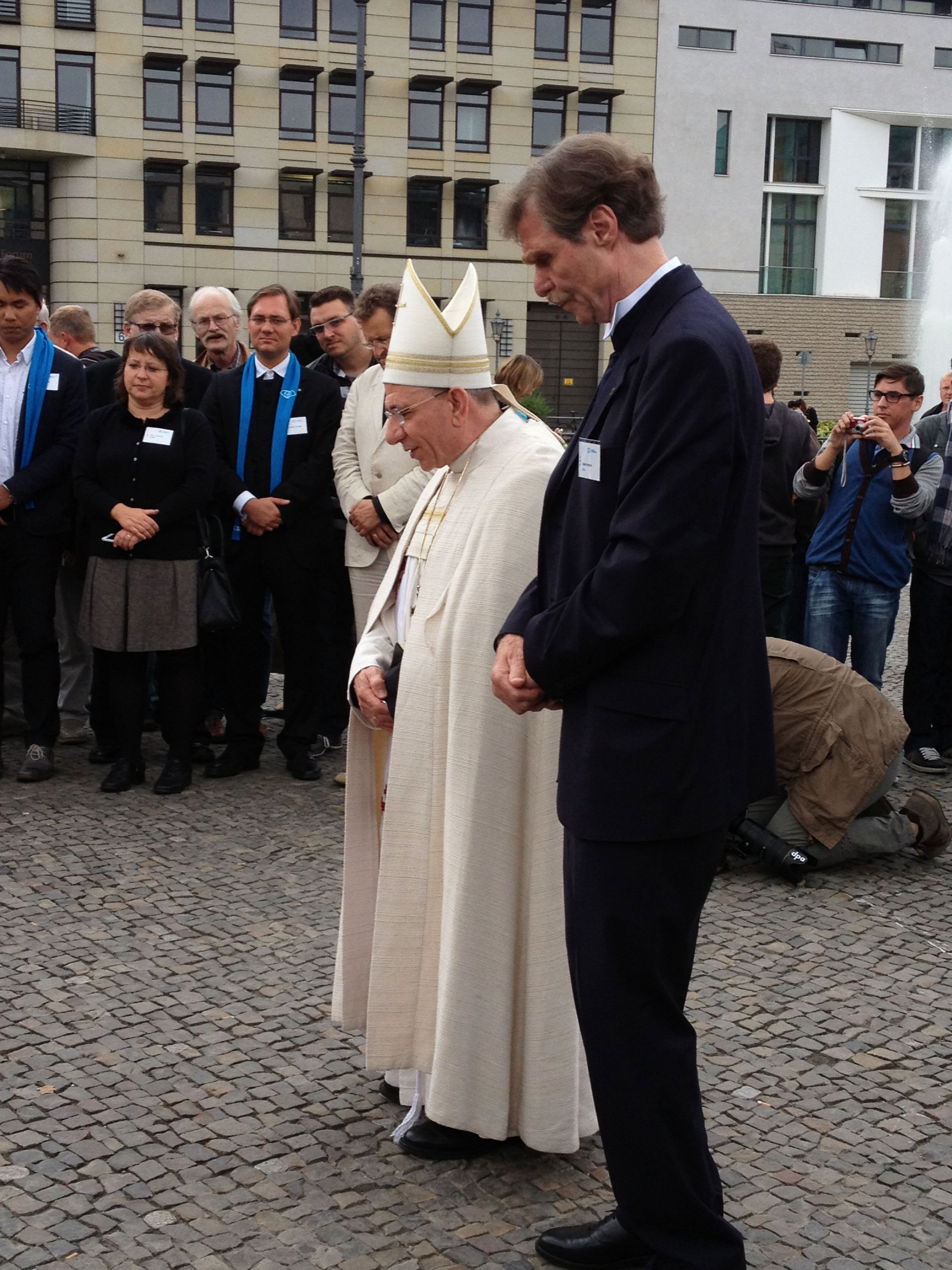 Bishop Younan and Director of Berliner Missionswerk Rev. Roland Herpich led a prayer at the Brandenburg Gate in remembrance of the start of World War I. (© BMW)